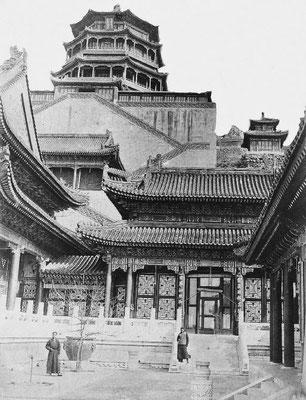 32. — Palais d'Été. Vue d'ensemble des constructions situées au pied de la grande tour octogonale.