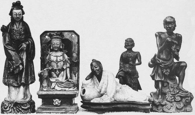 345. — Statuettes en porcelaine ancienne, datant de K'ang-si et Young-tcheng.