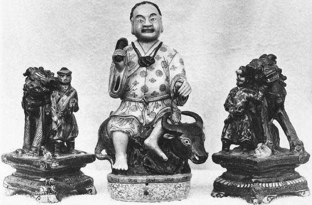 344. — Statuettes en porcelaine ancienne, époque de Kien-loung.