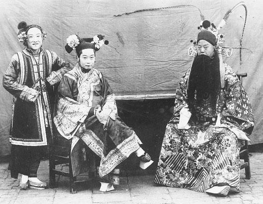 290. — Théâtre. Trois acteurs dont deux hommes déguisés en femme en costume de scène.