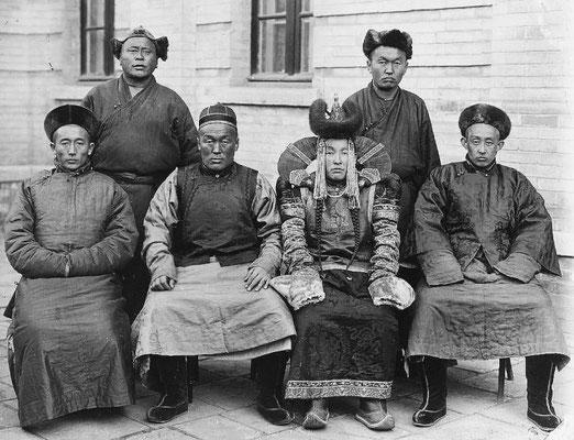 222. — Un groupe de Chinois et Mongols. Au premier plan, un prince mongol et sa femme.