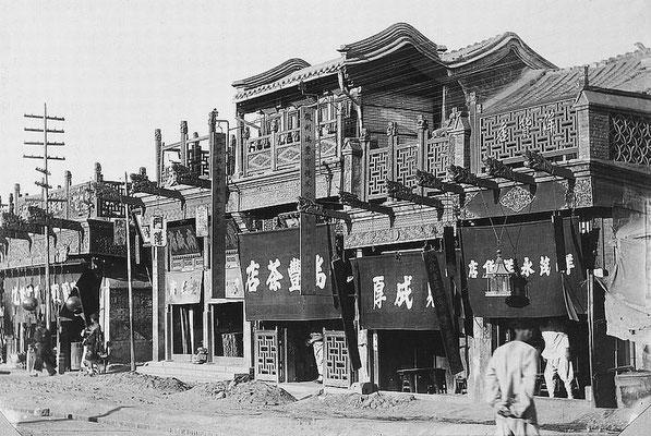 371. — Pékin. Façades de quelques belles maisons rue Ha-ta-men.