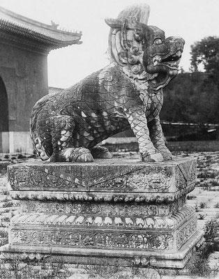 62. — Tombes impériales de Si-ling. Dragon et socle en marbre sur l'un des côtés du portique.