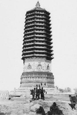 169. — Environs de Pékin. La tour de Pa-li-tchoan. Très belle et bien conservée ; le temple qui était à côté a disparu.