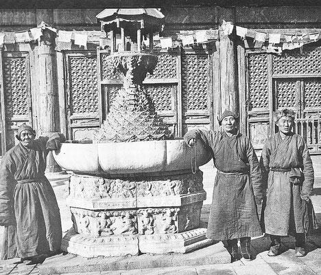 120. — Pékin. Temple des lamas. Mongols de passage résidant au temple.