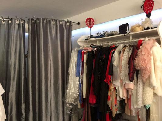 Intérieur de la boutique de Sylvie Berry à Ceyzeriat dans l'Ain - Cabine essayage