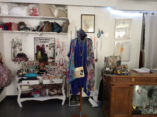 Intérieur de la boutique de Sylvie Berry à Ceyzeriat dans l'Ain - accessoires