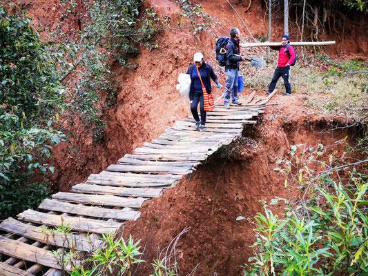 Alles Material muss über schmele Wege und wackelige Brücken transportiert werden