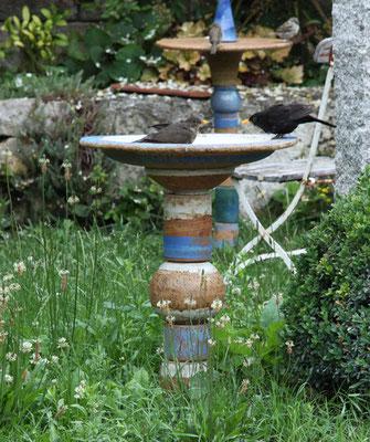 Keramikvogeltränke, Dekor Santorin ø ca. 50 cm, h ca. 75 cm mit 2 Amseln beim Baden