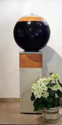 Keramik Brunnen, 3 Elemente Brunnen Kugel ø ca. 45 cm schwarz natur grau glasiert, Sockel ca. 70 cm grau natur, Wasserbecken aus Edelstahl im Sockel