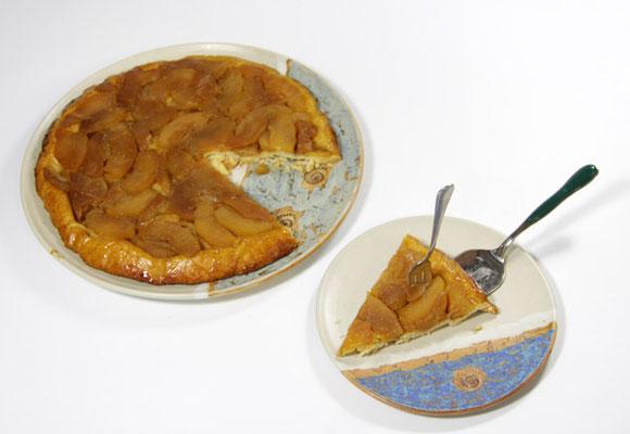 Keramik Kuchenplatte im Dekor Carmargue und der Kuchenteller im Dekor Santorin