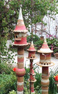Keramik frostfest, 1 x Nisthaus und 2 x Futterhaus, groß und klein auf Stele Dekor Granatapfel