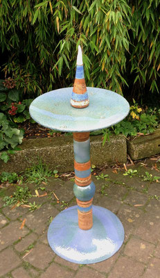 Proseccotisch, Platte blau und Fußplatte blau, mit blauen Keramikteilen kombiniert. Frostfest