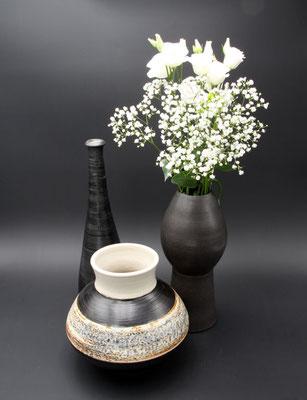 Keramikvasen schwarz und Dekor Schiefer