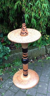 Proseccotisch, Platte natur und Fußplatte Natur mit schwarzen Keramikteilen kombiniert. Frostfest