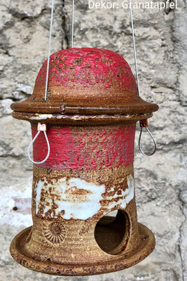 Keramik frostfest, Meisenknödelhaus zum Hängen rot weiß natur bemalt. Dekor Granatapfel, H ca. 14 cm ø ca. 9 cm