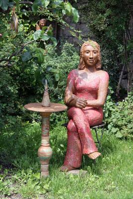 Keramik handgemacht,sitzende Frau mit Keramiktisch