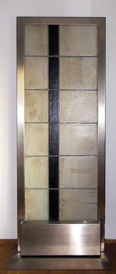 Keramik Brunnen, Wasserwand mit Edelstahlwasserbecken und Edelstahlrahmen, grau schwarz glasiert