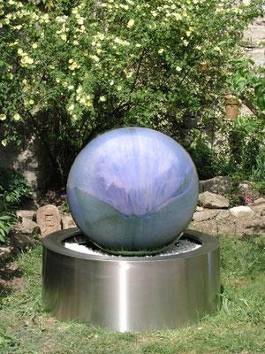 Keramik Brunnen, frostfest Wasserkugel ca. 50 cm perlmutt blau glasiert, GFK Becken ca. ø 65 cm h ca. 35 cm mit Edelstahlschürze verkleidet