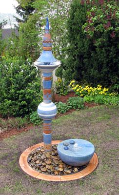 Keramik Brunnen, Wassersäule Nepal in Blautönen mit Quellstein perlmuttblau ø ca. 50 cm, Keramikumrandung für das Brunnenbecken in Natur ø ca. 70 cm