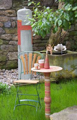 Proseccotisch, Platte natur rot weiss bemalt ,ohne Fußplatte Rohr steck direkt in der Erde,  mit roten Keramikteilen kombiniert. Frostfest
