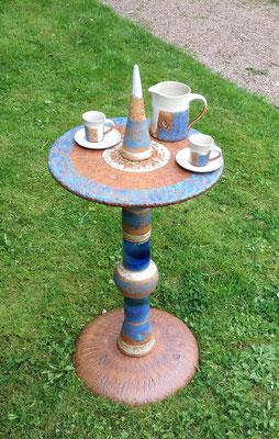 Proseccotisch, Platte blaubemalt und Fußplatte Natur mit blauen Keramikteilen kombiniert. Frostfest