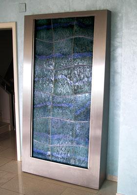 Keramik Brunnen, Wasserwand mit Edelstahlwasserbecken und Edelstahlrahmen, perlmutt blau glasiert