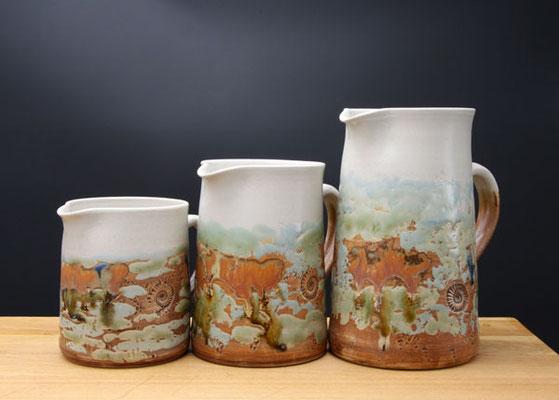 Keramik, Krüge in 4 Größen Dekor Neuseeland, ø ca.10cm, h ca. 12,5cm 0,7ml, ø ca.10cm, h ca. 15,5 cm 1 l, ø ca.10cm, h ca. 20 cm 1,5 l, ø ca.11,5cm, h ca. 22cm 2l,