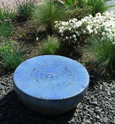 Keramik Brunnen, Halbkugel Quellstein ø ca. 50 cm perlmuttblau glasiert mit GFK Becken eingebaut