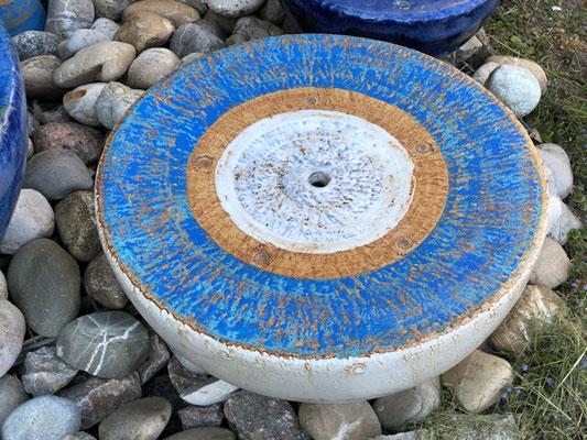 Keramik Brunnen, Halbkugel Quellstein ø ca. 50 cm, Dekor Santorin, mit GFK Becken eingebaut