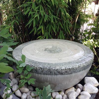 Keramik Brunnen, Halbkugel Quellstein ø ca. 50 cm grau schwarz bemalt glasiert, eingebaut mit GFK Becken ø ca. 65 cm