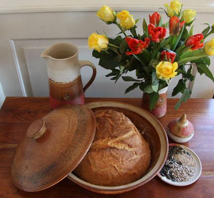 Keramik, Backtopf für Brot, natur schwarz braun glasiert, mit Weizenbrot, ø ca 32 cm h ca. 10 cm. Brot wird mit geschlossenem Deckel gebacken. Infos gibt es bei der Bestellung.
