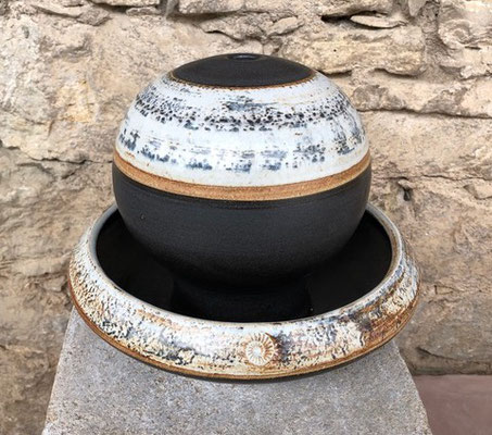 Keramik Zimmerbrunnen, Tischbrunnen Kugel ø ca. 18 cm, Schale ca. 26,5 cm, Dekor Schiefer