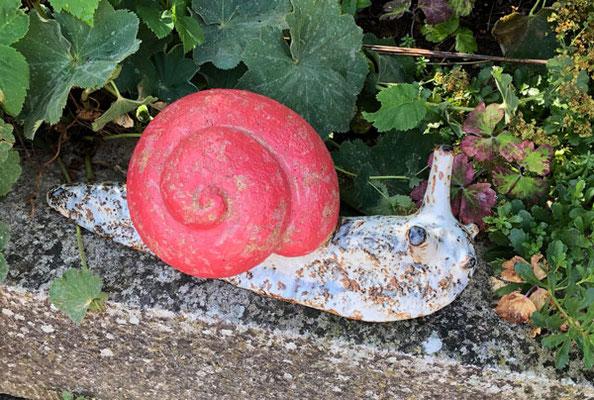 Keramikschnecke handmodelliert, Haus rot bemalt, Schnecke schwarz weiß glasiert