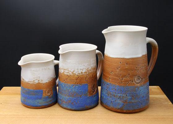 Keramik, Krüge in 4 Größen Dekor Santorin, ø ca.10cm, h ca. 12,5cm 0,7ml, ø ca.10cm, h ca. 15,5 cm 1 l, ø ca.10cm, h ca. 20 cm 1,5 l, ø ca.11,5cm, h ca. 22cm 2l,