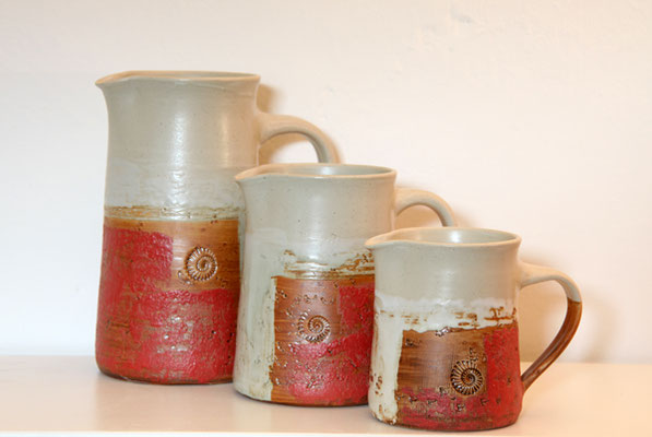 Keramik, Krüge in 4 Größen Dekor Granatapfel, ø ca.10cm, h ca. 12,5cm 0,7ml, ø ca.10cm, h ca. 15,5 cm 1 l, ø ca.10cm, h ca. 20 cm 1,5 l, ø ca.11,5cm, h ca. 22cm 2l,