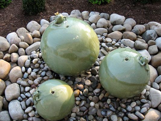 Keramik Brunnen, frostfeste Wasserkugel mit Frosch in ø 45 cm 35 cm und 28 cm seladongrün glasiert