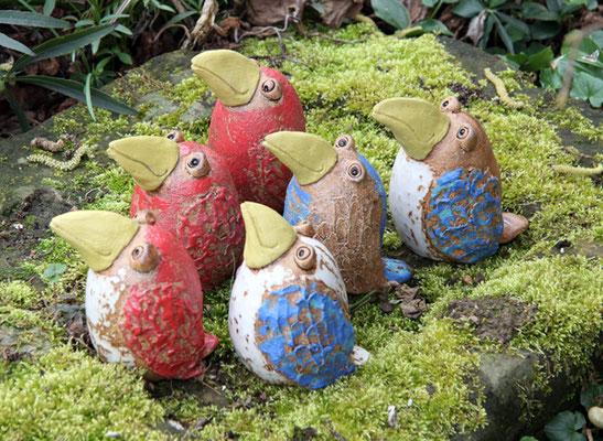 Keramik handmodelliert, Vögel rot und blau bemalt