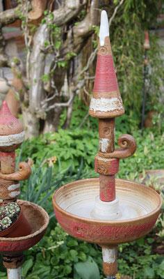 Keramik frostfest, Stele als Vogeltränke ca. 55 cm hoch Dekor Granatapfel auf Stab mit Manschette