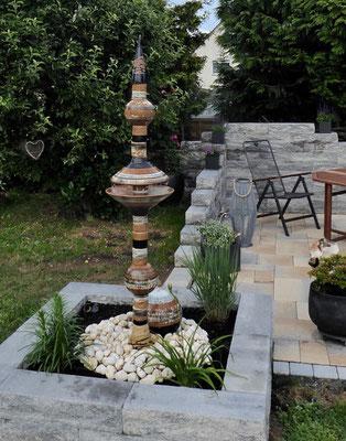 Brunnensäule ø ca. 8 cm Nepal, Dekor Schiefer und Kugel ø ca. 25 cm bemalt schwarz weiß natur