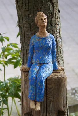 Keramik handgemacht, Mädchen mit blauem Anzug