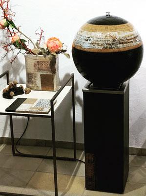 Keramik Brunnen, 3 Elemente Brunnen Kugel ø ca. 45 cm Dekor Schiefer, Sockel ca. 70 cm schwarz, Wasserbecken aus Edelstahl im Sockel