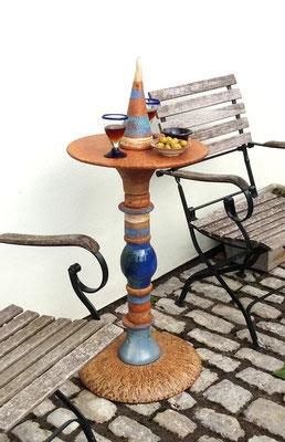 Proseccotisch, Platte und Fußplatte Natur mit blauen Keramikteilen kombiniert. Frostfest