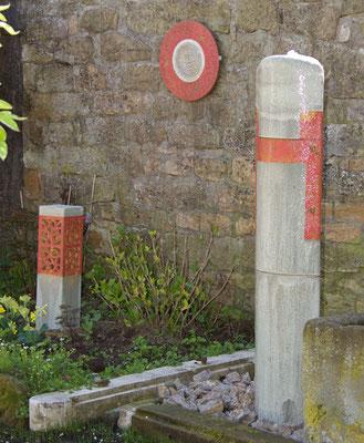 Brunnensäule oval grau glasiert rot natur bemalt ca. 170 cm hoch