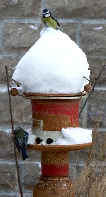 Keramik frostfest, Vogelfutthaus ø ca. 22 cm, H ca. 35 cm, auf Stele Dekor Granatapfel