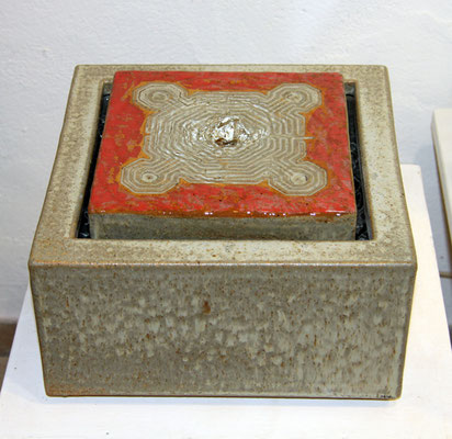 Keramik Brunnen, Quader Grau rot bemalt