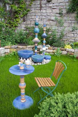 Keramiktisch, Platte blau und Fußplatte blau, mit blauen Keramikteilen kombiniert. Frostfest