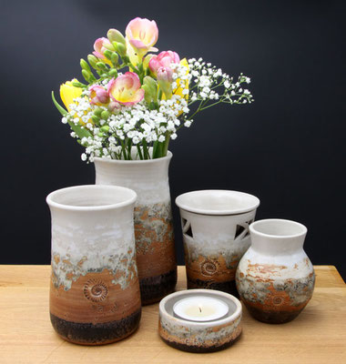 Vasen H ca. 17,5 cm ø oben ca. 9 cm, Vase H ca. 15 cm ø oben 9 cm, Teelicht, Duftlampe, kleine bauchige Vase Dekor Basalt