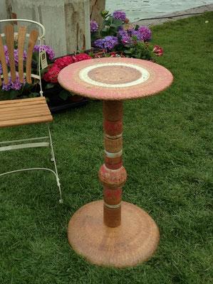 Proseccotisch, Platte rot weiss natur bemalt und Fußplatte Natur mit roten Keramikteilen kombiniert. Frostfest