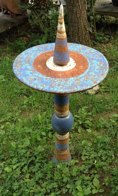 Proseccotisch, Platte bemalt mit blauen Keramikteilen kombiniert.  Direkt in die Erde gesteckt. Frostfest